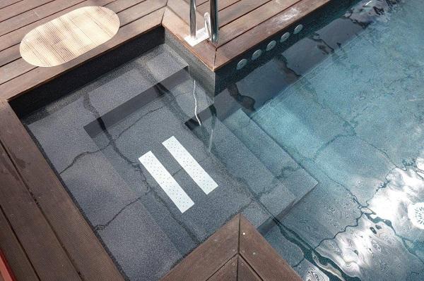 diseno-de-patios-con-piscina-contrastado-liner-negro-i-blanco
