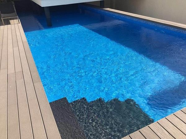 diseno-de-patios-con-piscina-contrastado