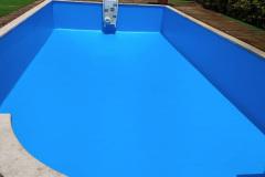 reforma-piscina-azul-oscuro