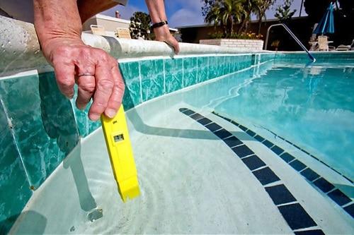 análisis químico del agua de la piscina