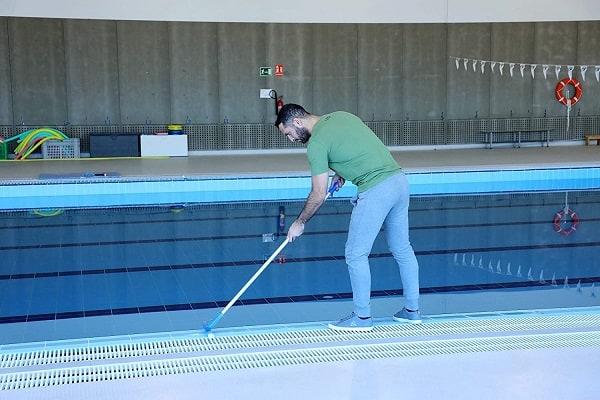 cepillar piscina para eliminar agua verde