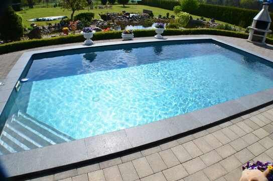 piscina fondo negro