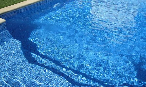 reparar pinchazo piscina liner