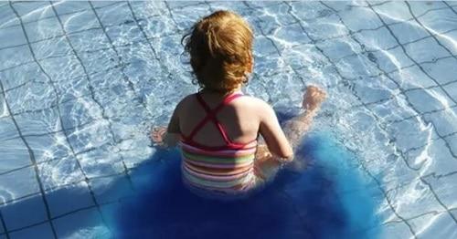 niña piscina