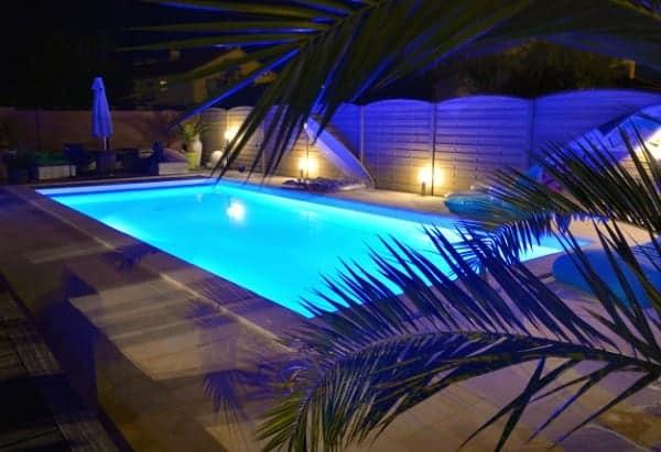 iluminacion piscina noche
