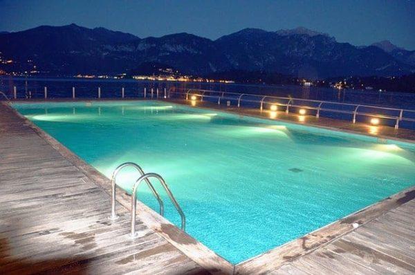 como iluminar piscina