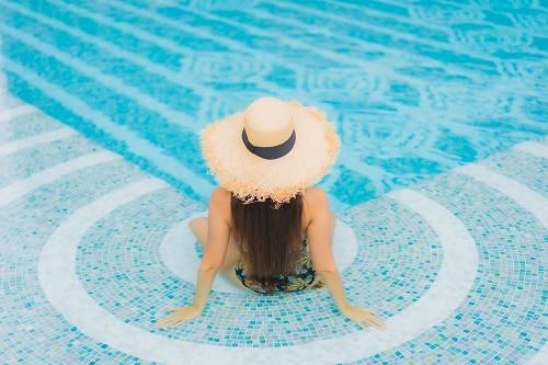 asiento en la piscina