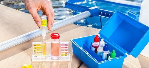 productos químicos piscina esenciales