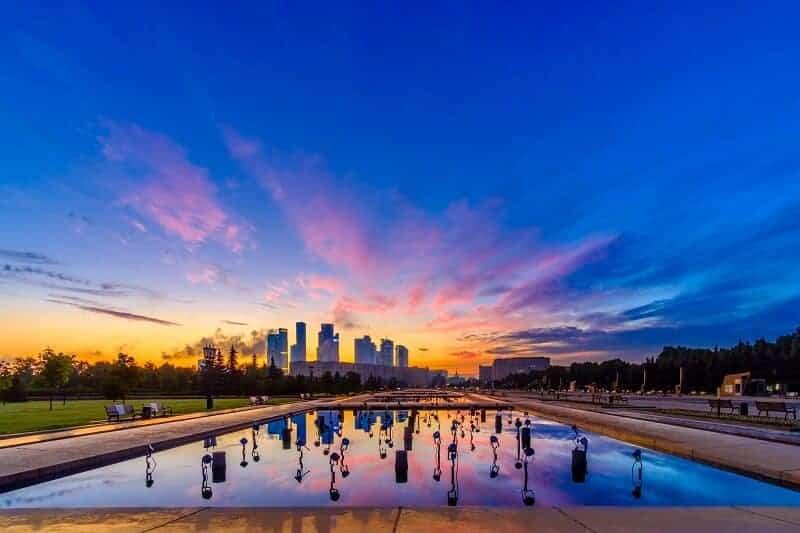 piscina cielo colorido