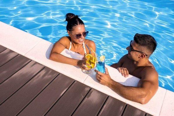 piscina en pareja