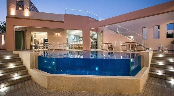 piscina con vidrio acrilico