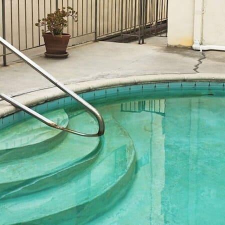 Quitar las manchas de una piscina de plástico