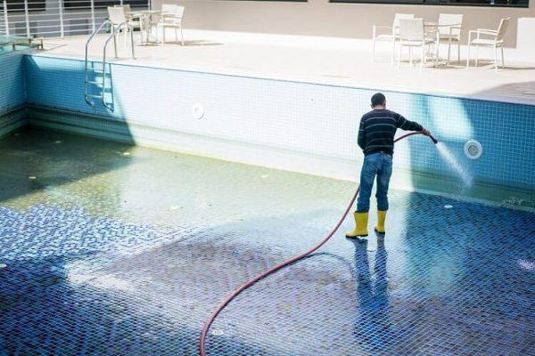 como bajar acido isocianurico en la piscina