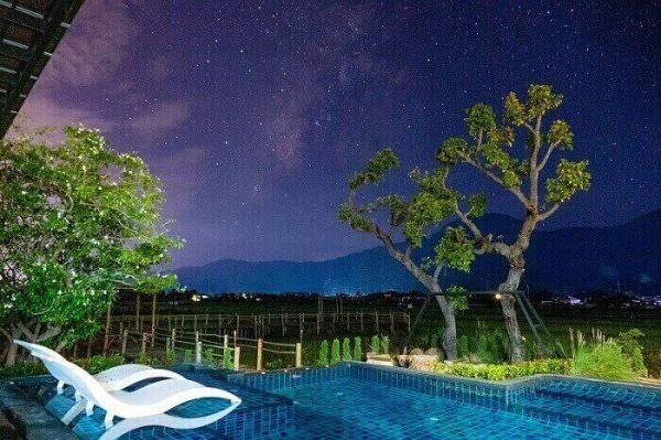 piscina de noche