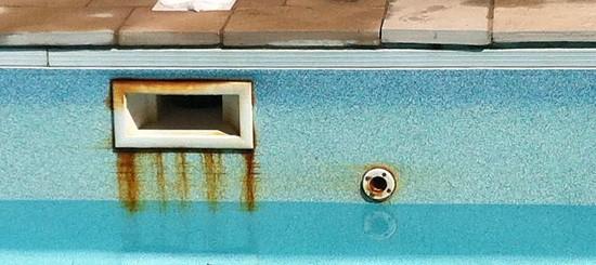 manchas de óxido en piscina de fibra